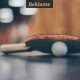 Et bordtennisbat med bold