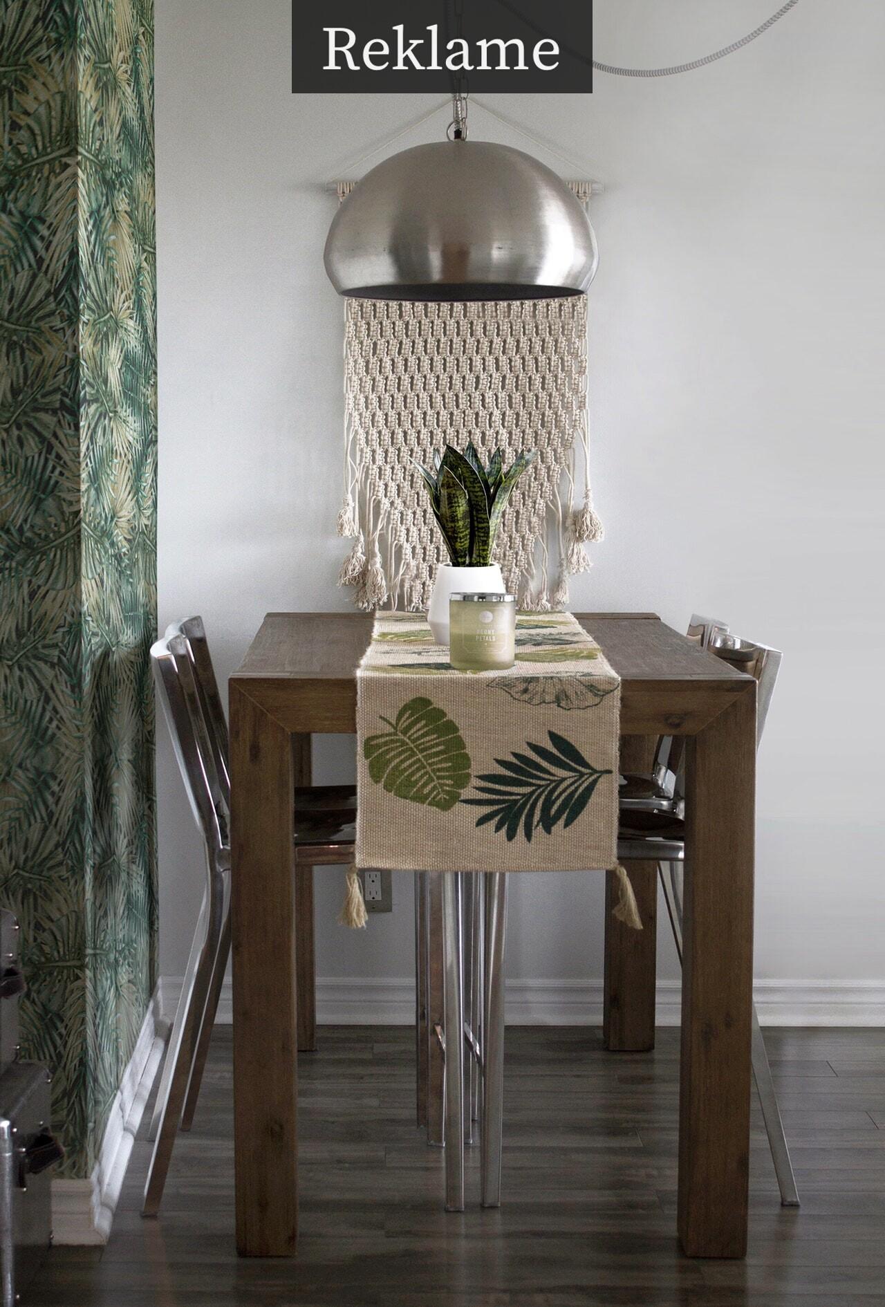 Spisebord med stor loftlampe